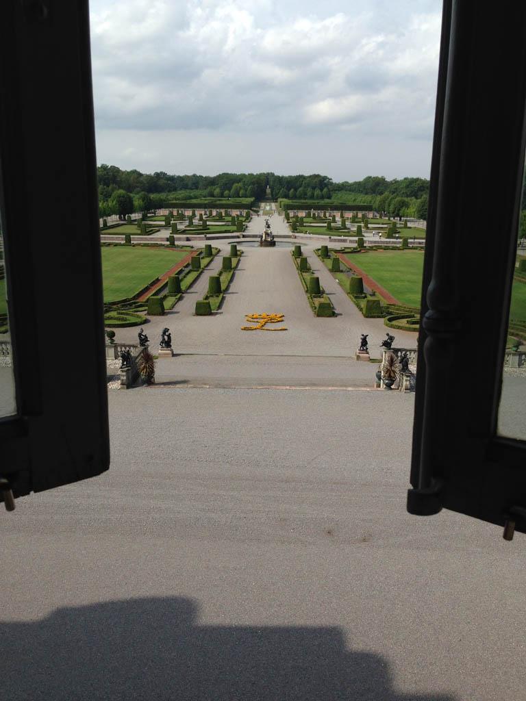 Uitzicht vanuit Drottningholm Slott over de tuin.