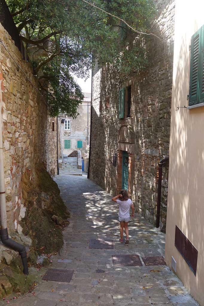 Ook kinderen vinden het leuk om door smalle straatjes te lopen in de leuke Italiaanse stadjes.