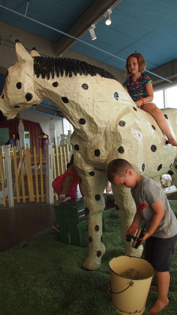 Spelen met Witje, het paard van Pippi, trekt veel kinderen aan.