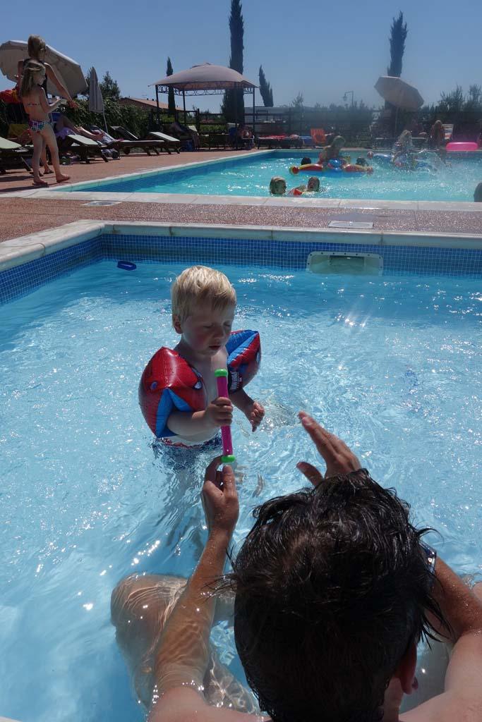 Afkoelen in het zwembad van camping Nonna Stella.