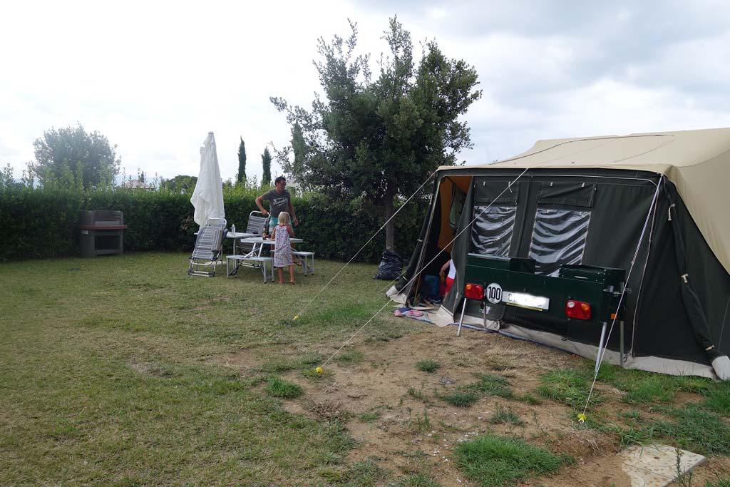 Heerlijk: kampeerplek met bbq en parasol.