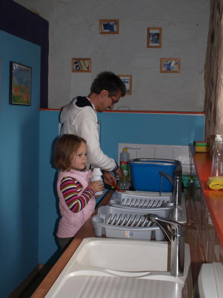Helpen bij de afwas.