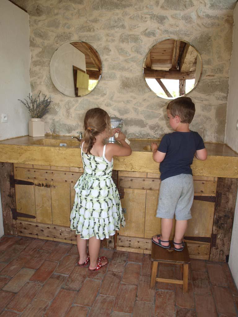 De twee wasbakken in het sanitairgebouw.
