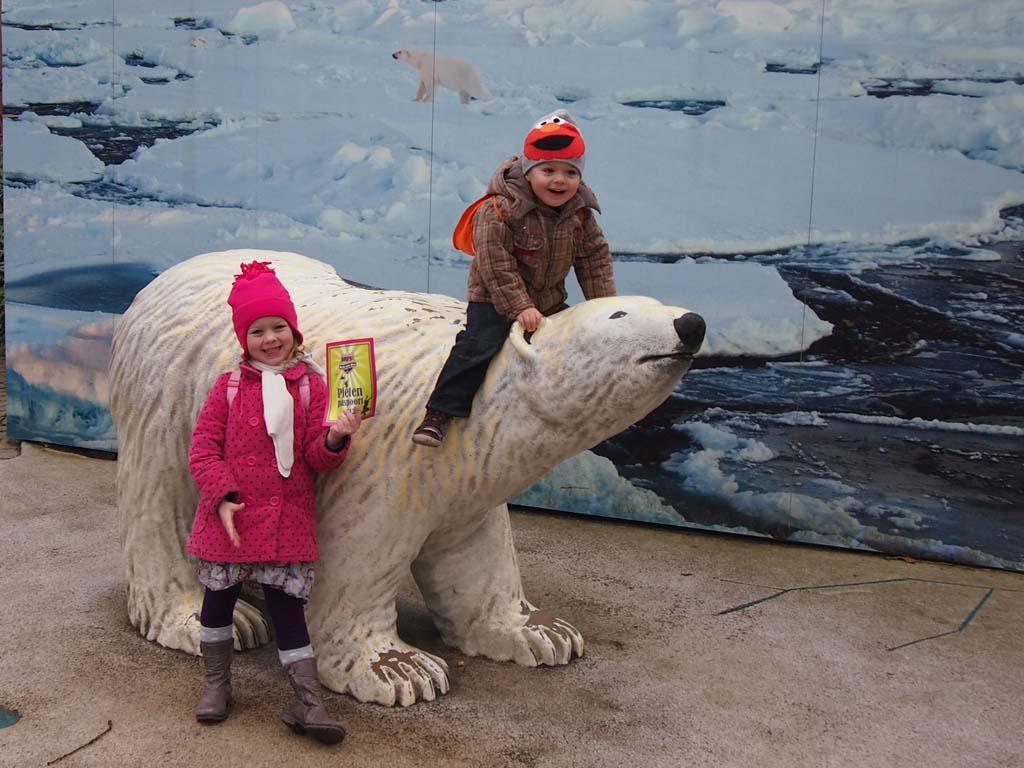 Het blijft leuk: met de ijsbeer op de foto.