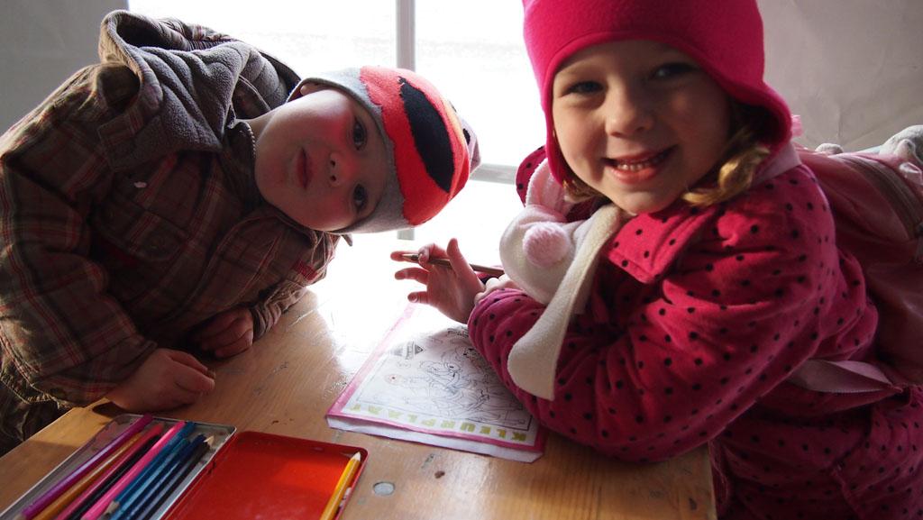 Terwijl de pepernoten gebakken worden, zijn de kinderen aan het kleuren.