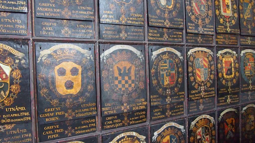 Prachtige panelen met wapens van de adel en koninklijke families.