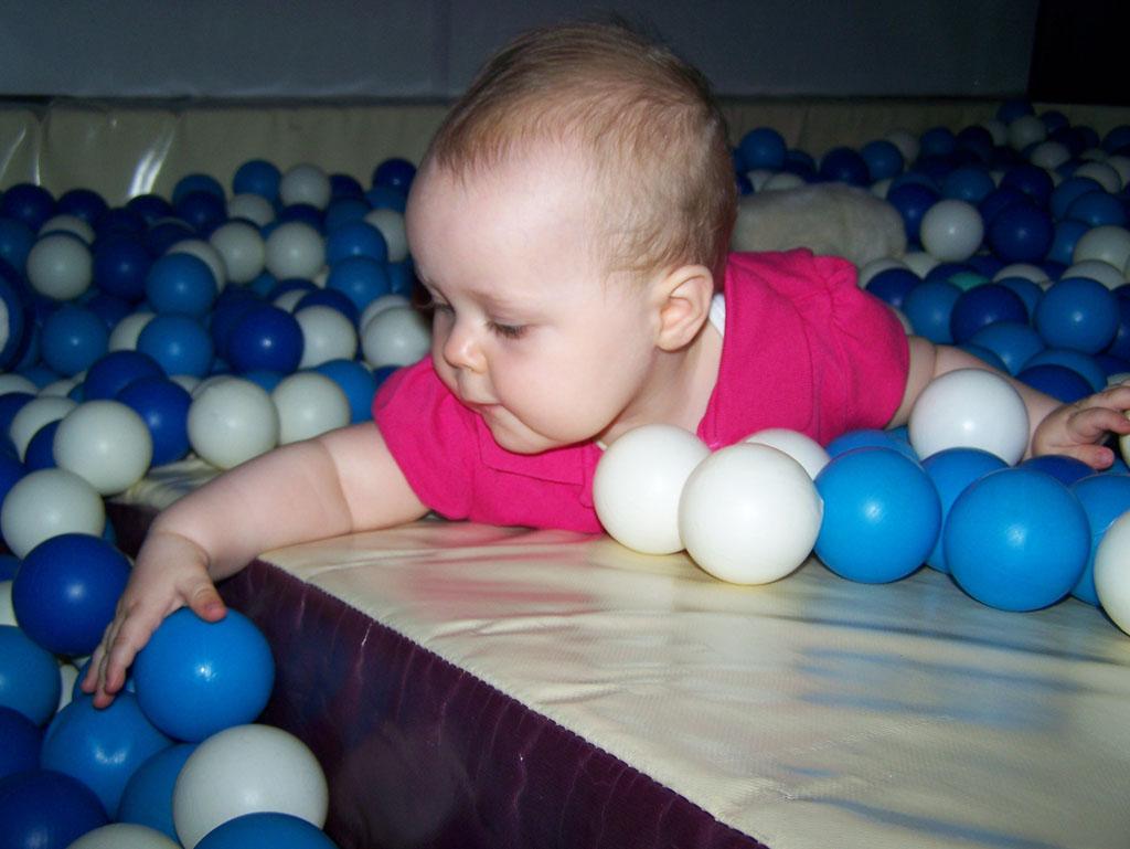Snoezelen met 9 maanden oud. Al een stuk actiever bezig met de ballen.