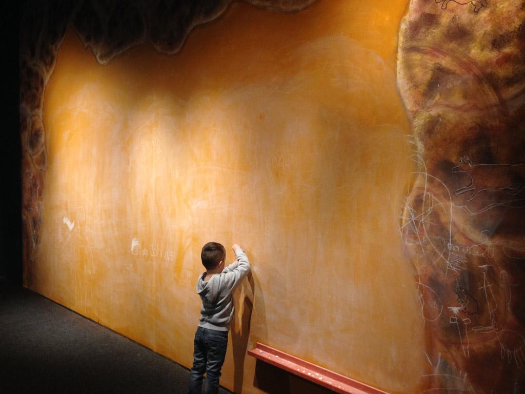 Zelf een tekening maken op de muur.