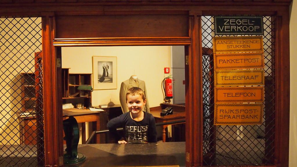 Achter de balie van het oude postkantoor in het Museum voor Communicatie