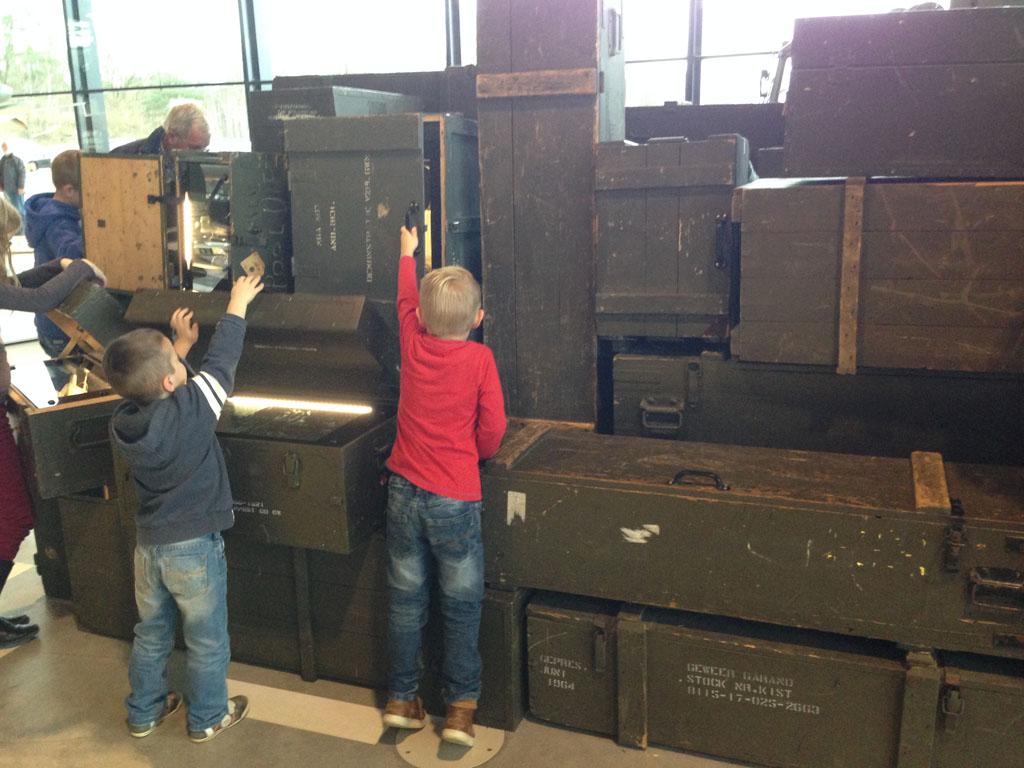 Alle kisten open maken om te zien wat er in zit.