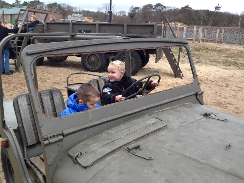 Zelf in voertuigen klimmen in het Nationaal Militair Museum