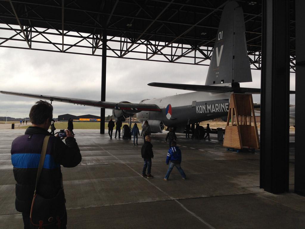Grote vliegtuigen staan buiten het museumgebouw.