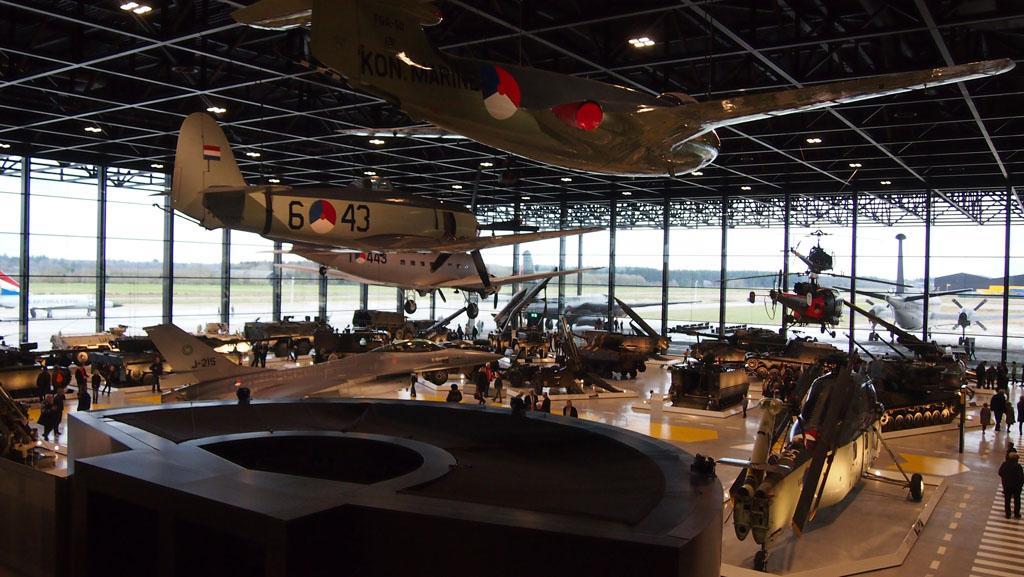 Vliegtuigen, helikopters en heel veel voertuigen.