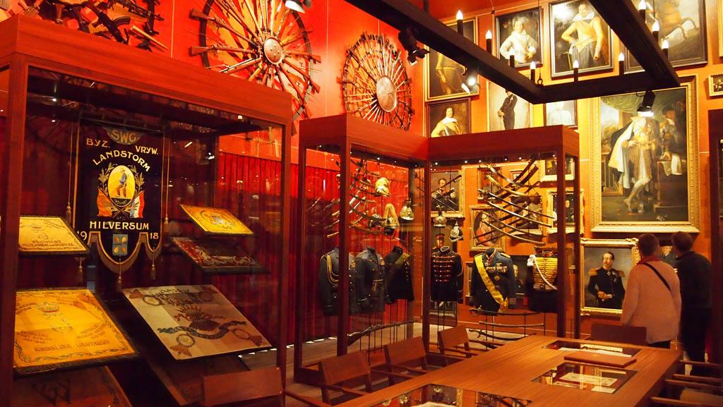 De Schatkamer met attributen en kleding van vroeger.