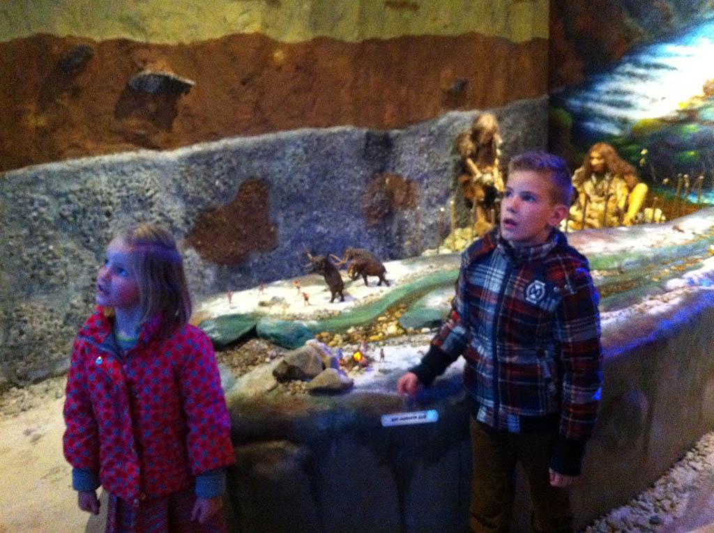 Onder de indruk van de wereld van de Neanderthalers in het Natuurhistorisch Museum Maastricht.