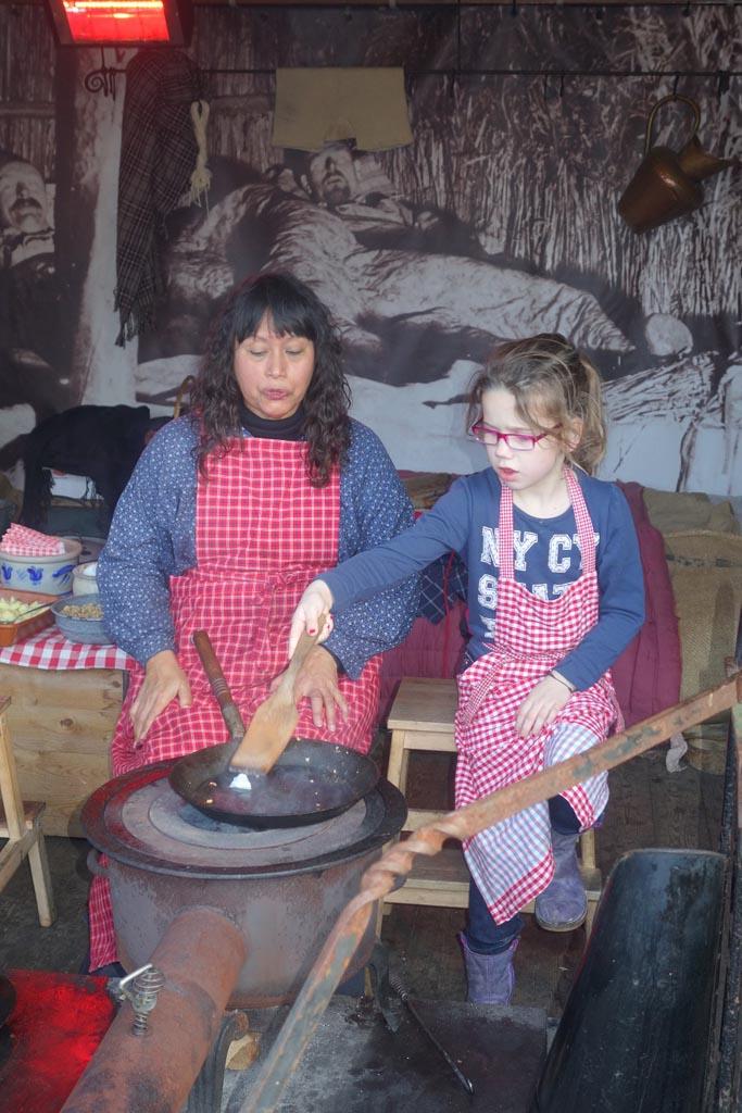 Aardappelen met kaantjes maken.