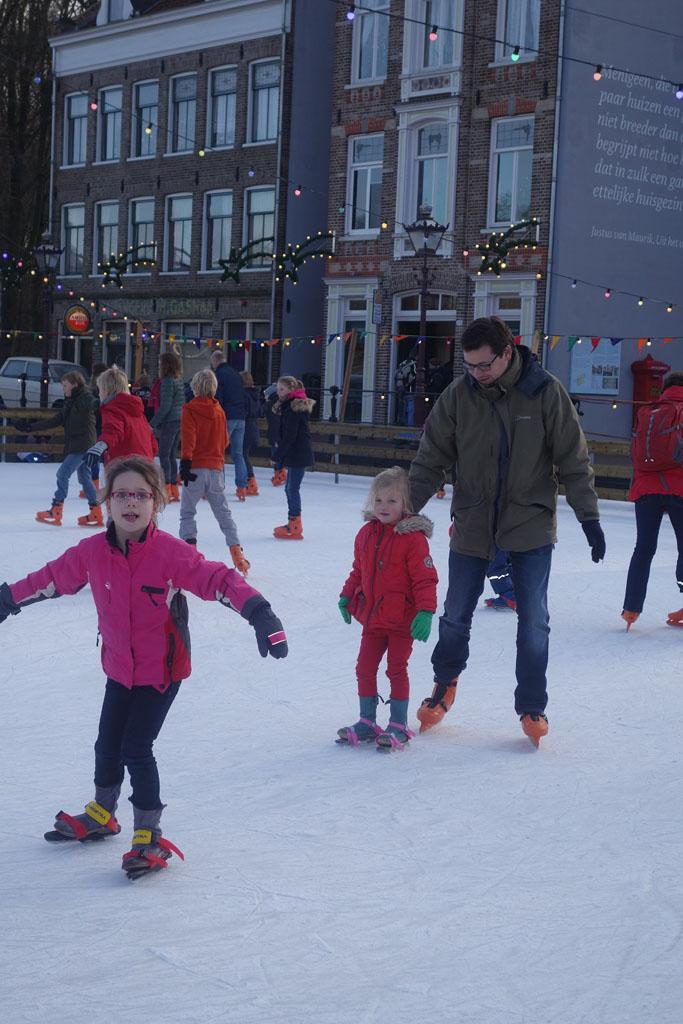 Oud-hollands schaatsen in de winter in het Openluchtmuseum.