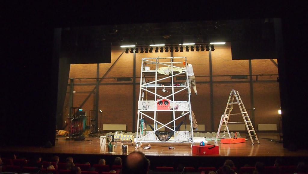 Oh help! Geen Pluk van de Petteflet musical maar bouwvakkers op het podium.