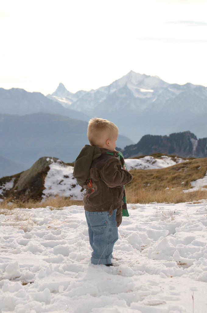 Boven op de berg in de sneeuw staan.