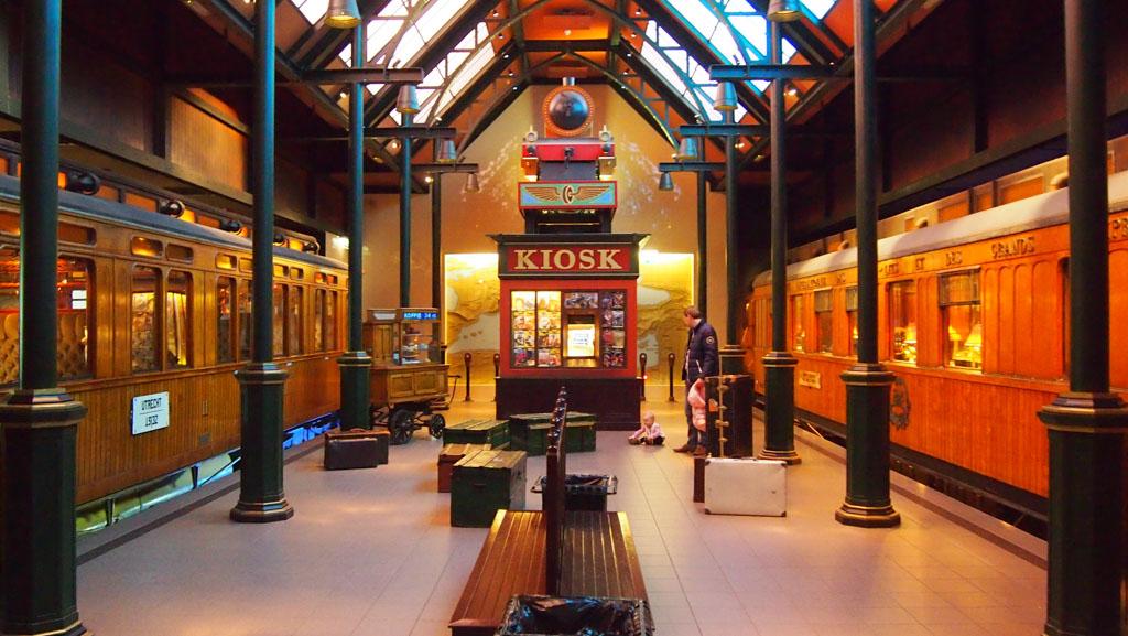 In de hal wachten op de Droomreizen in het Spoorwegmuseum
