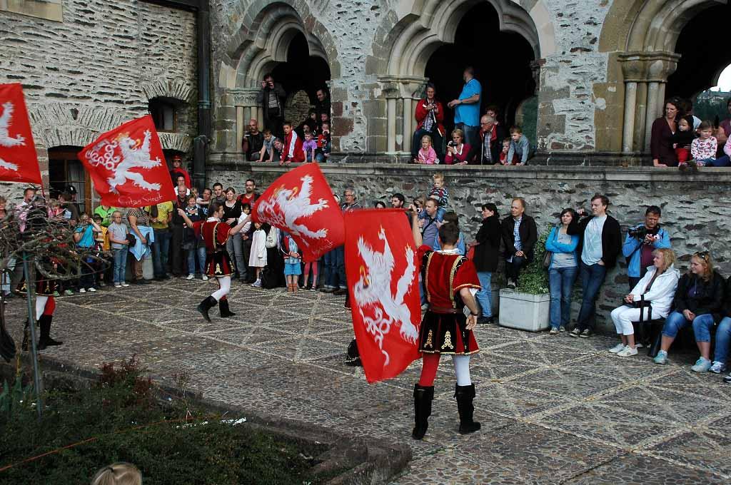 Vaandel zwaaien tijdens het Middeleeuws festival.
