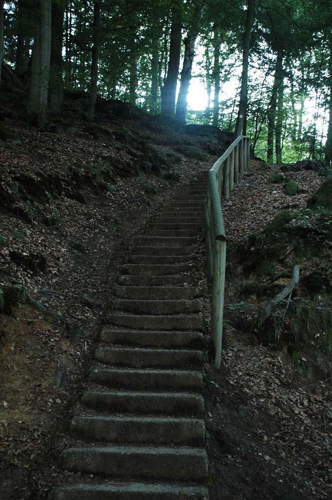 Ook via deze trap wandel je zo de camping uit.