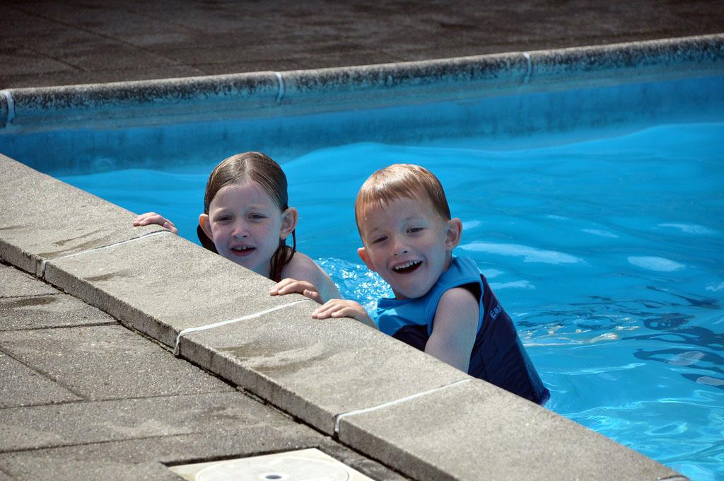 Heerlijk zwemmen in het zwembad op de camping.