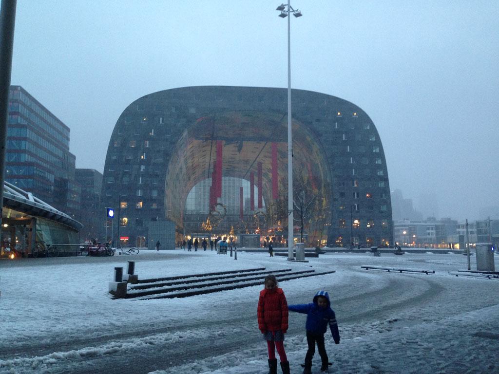 Markthal Rotterdam in de sneeuw