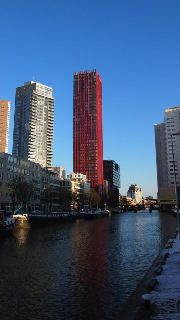 Wandelen langs de wolkenkrabbers in Rotterdam