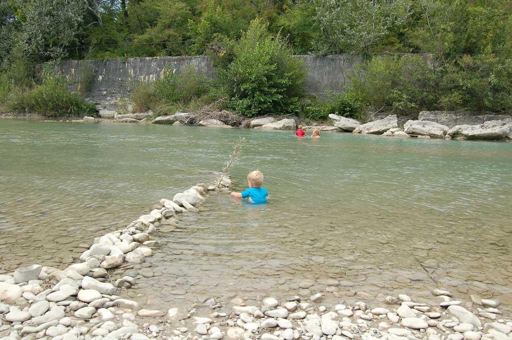 Water, zand en stenen. Dan vermaken kinderen zich wel.
