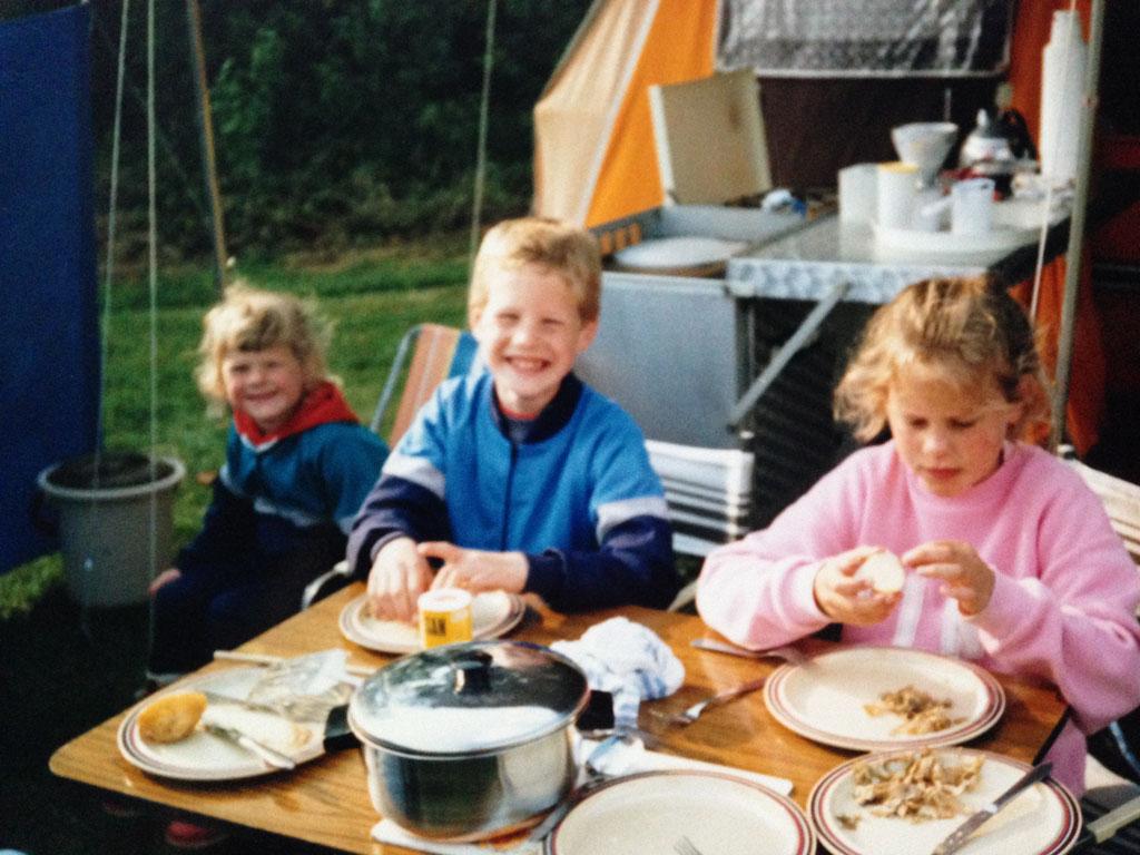 Kamperen bij de boer in Aalten in 1989: hier zit ik met m'n broertje en zusje voor onze Holtkamper vouwwagen.