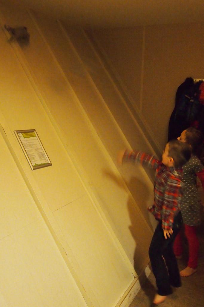 De schuine muur is een leuke glijbaan voor de knuffels.