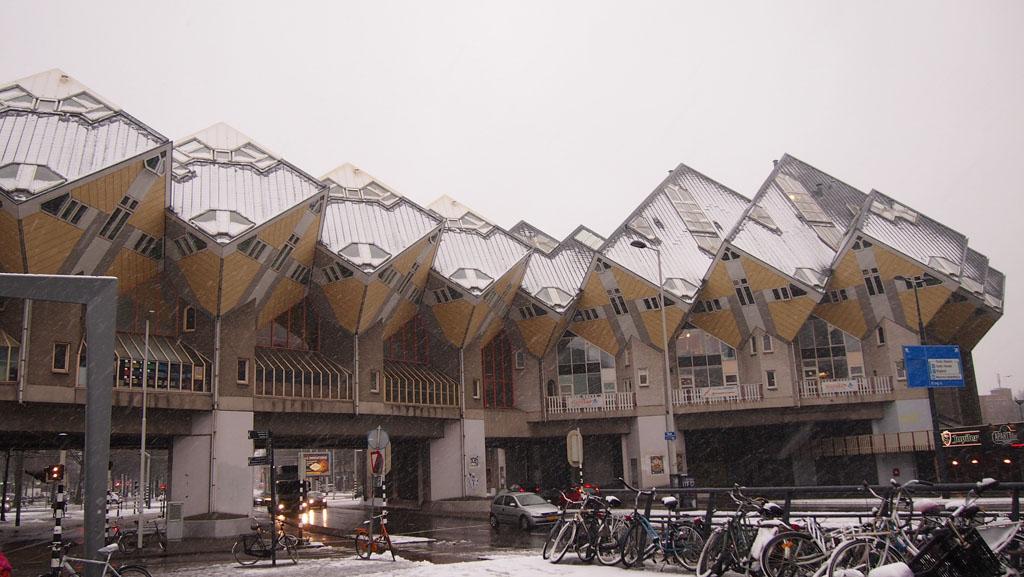 De kubuswoningen in Rotterdam boven de Blaak.