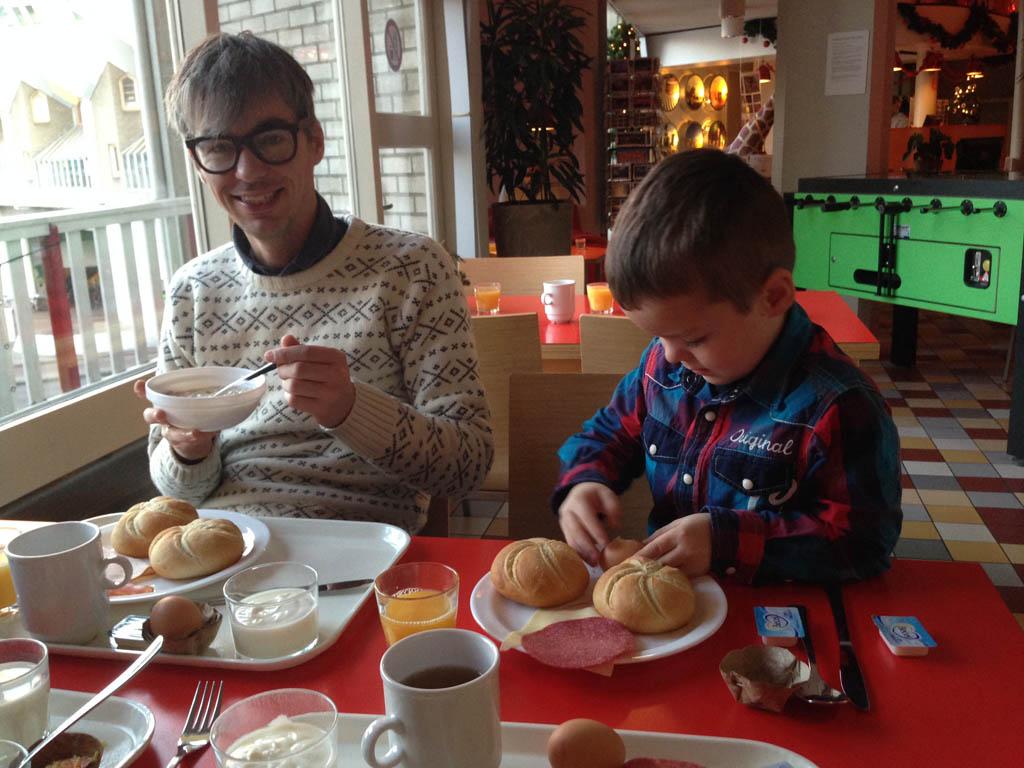 Ontbijten met uitzicht op de Markthal (zie het filmpje).