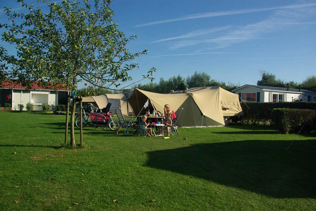 De kampeerplek van Fieke op minicamping De Visser in Zoutelande.