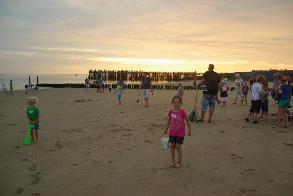 De zon begint al langzaam in de zee te zakken tijdens de strandsafari.