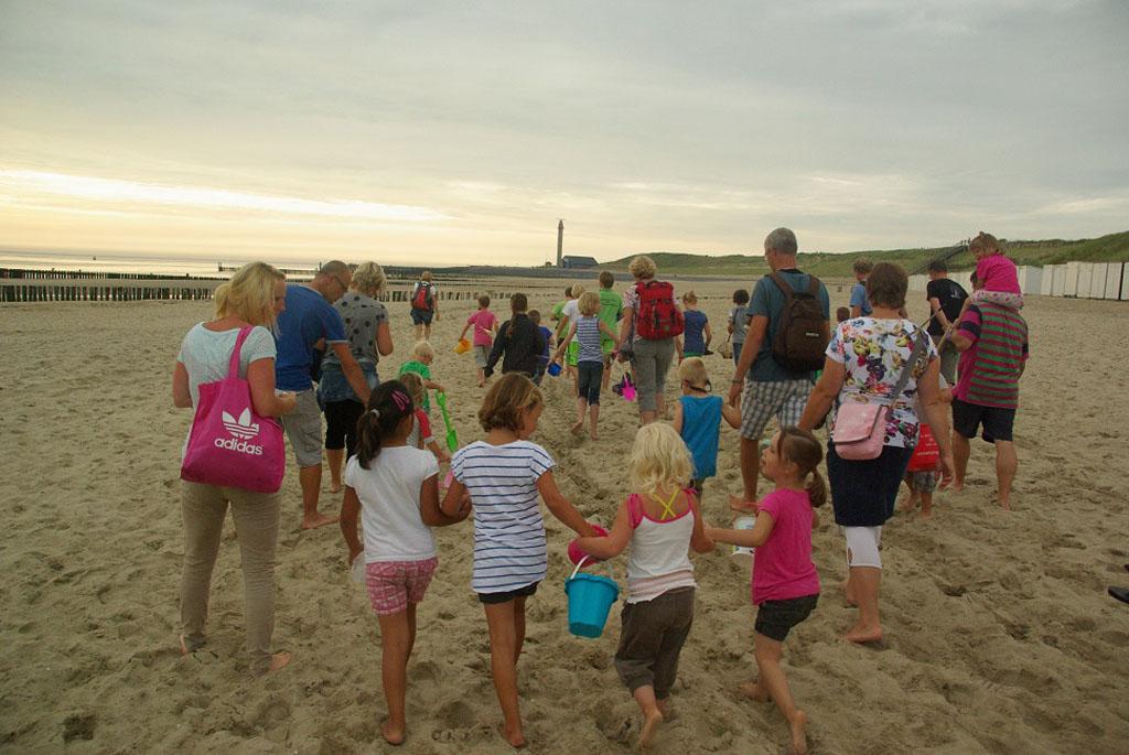Met alle kinderen van de camping op strandsafari.