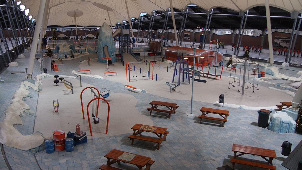 Impressie van het middenterrein met vooraan de Speelpool, daarachter de ijsbaan voor de kinderen en rondom de 400 meter baan.