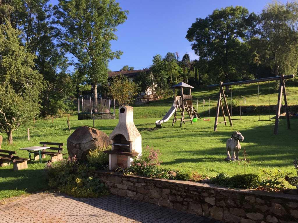 De speeltuin voor de deur van de vakantiewoningen van de Schiesslhof.