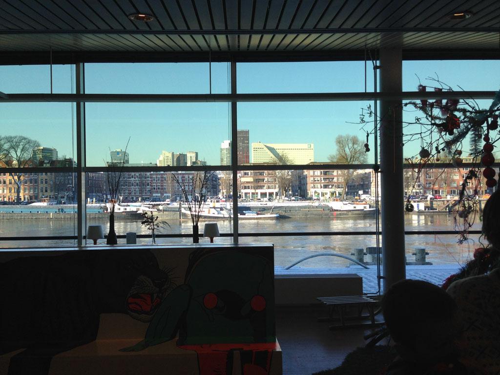 Vanuit Villa Zebra Café heb je uitzicht over Rotterdam.