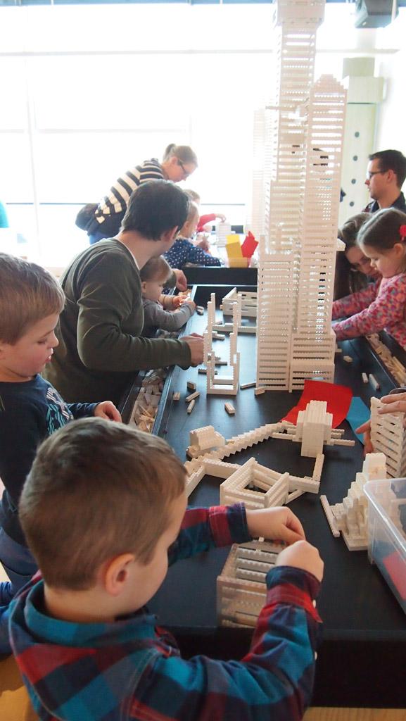 Camiel bouwt een wolkenkrabber van LEGO.