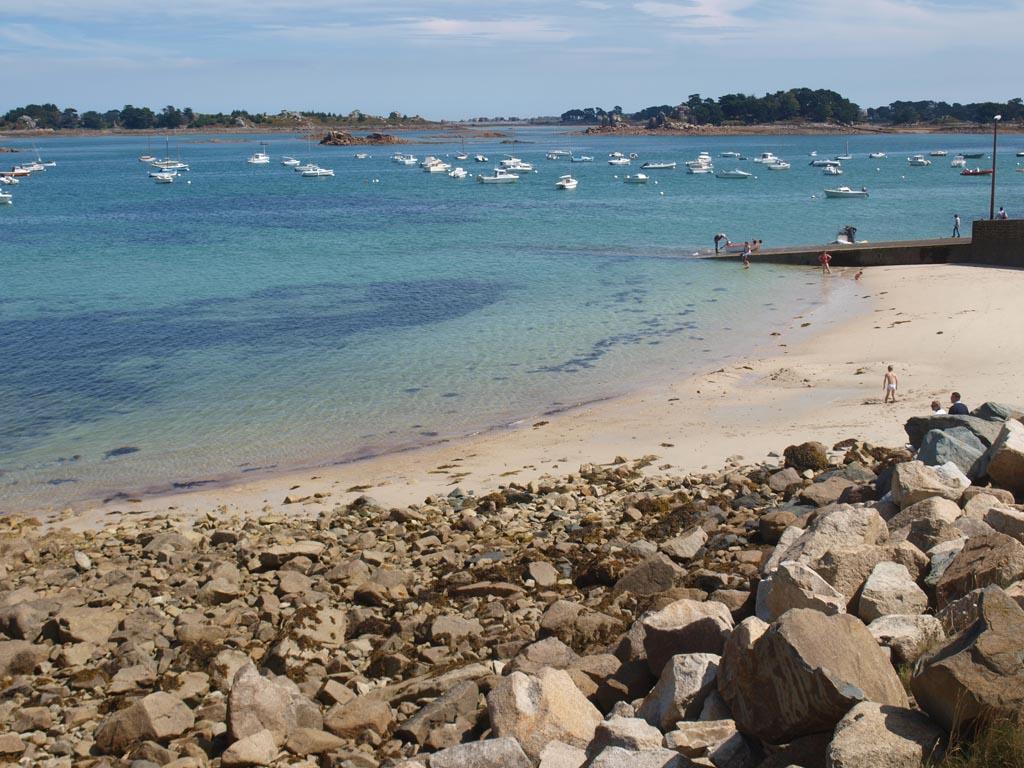 De kustlijn. Rechts zie je de pier waar wij vertrokken, deze loopt een heel eind door onder water en komt dus bij eb vanzelf over.
