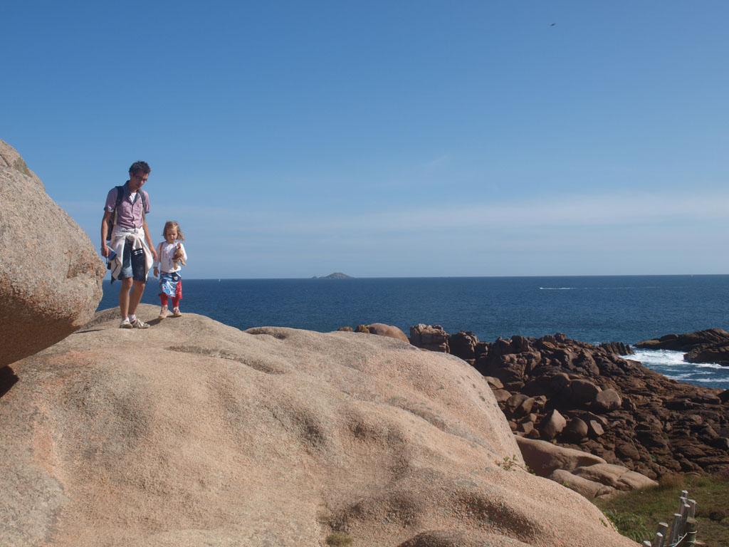 De wandeling wordt voor kinderen extra leuk door de rotsen waar ze op mogen.