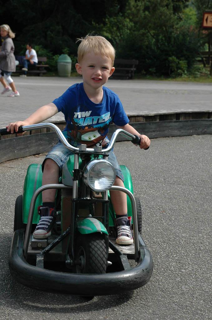 Kleine jongetjes worden heel stoer op een motor.