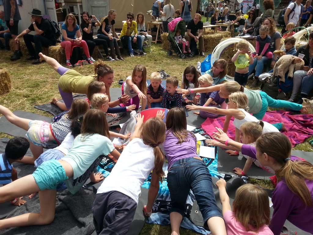 Indy, Jayden, Maureen en Camiel doen tijdens het Ekotown festival mee met een yoga workshop.