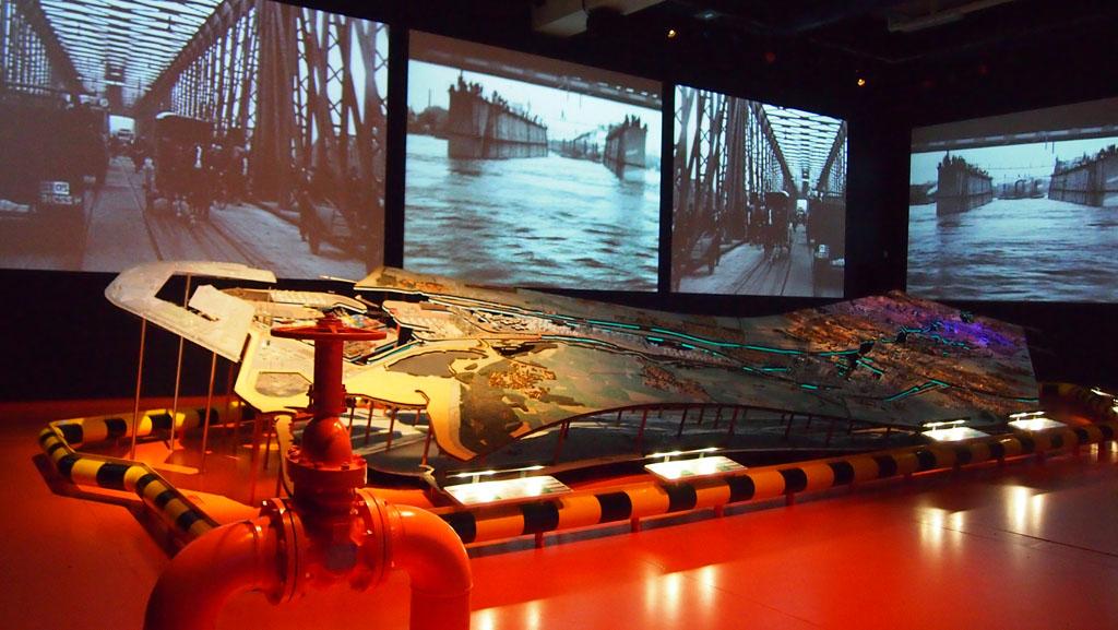 Schaalmodel van Rotterdam met op de wanden filmbeelden.