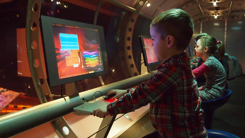Door de interactieve schermen is er van alles over de haven te leren.