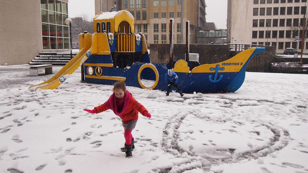 Op weg naar de tentoonstellingsschepen even in de sneeuw spelen.