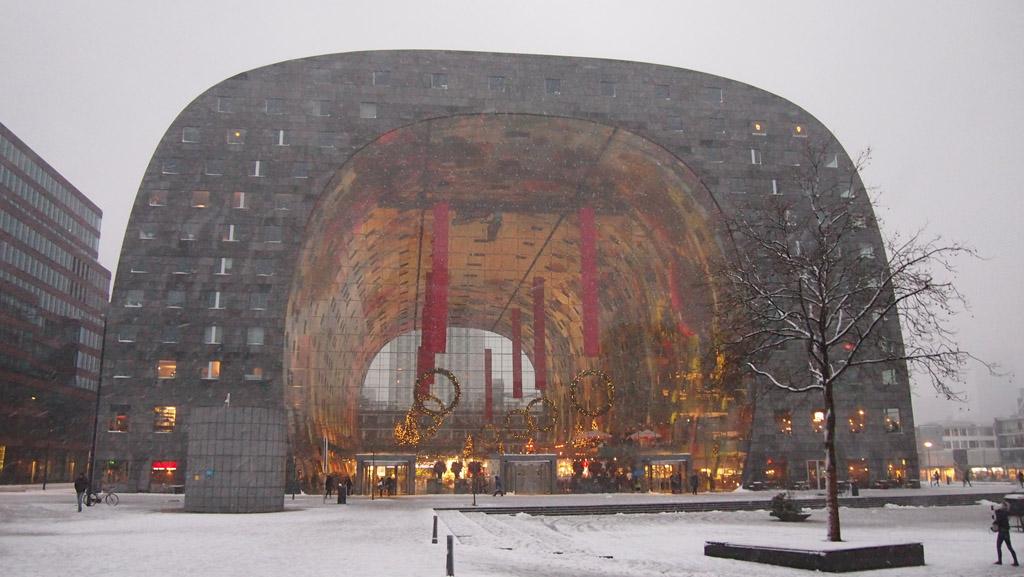 De Markthal in de sneeuw.