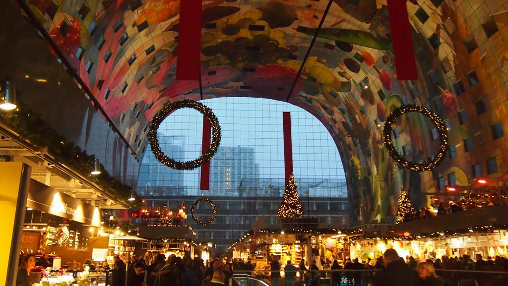 Bij binnenkomst is er direct zoveel te zien: het plafond, de kraampjes en toen wij er waren ook de kerstversiering.